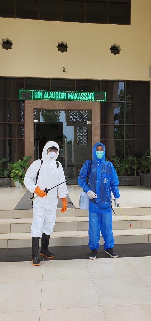 Gambar Cegah Covid-19, Satgas Bentukan UIN Alauddin Semprotkan Desinfektan