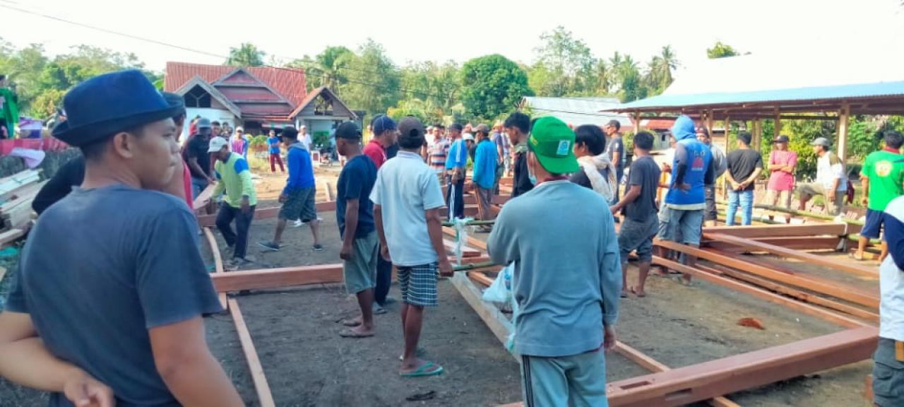 Mahasiswa KKN UIN Alauddin Makassar Angkatan 66 mengikuti kegiatan Mappatettong Bola di Desa Cipotak